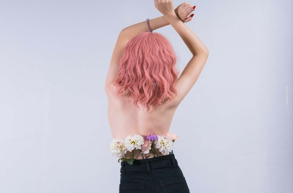 Ella Stoller: Virtual model and digital influencer with pink hair and individual styling